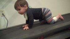 Koşu Bandında Emekleme Çalışması Yapan Bebek