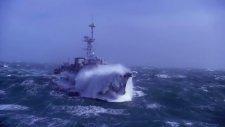 Savaş Gemisi vs. Büyük Dalgalar