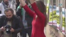 Kırmızı Elbiseli Kadından Son Derece Entel Protesto