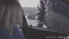Trafik Polisinin Pantolon Fermuarını Onaran Kadın