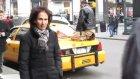 New York'ta Taksi Üzerinde Namaz Kılan Adam