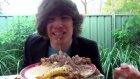 İsraf Adam'ın Yaptığı Yengeç Burger'i Yiyen Çocuk