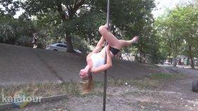 Parkta Direk Dansı Antrenmanı Yapan Kız
