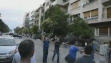 2 Ufak Çocuğu Sıkıştıran Sivillere İzmirli'nin Tepkisi