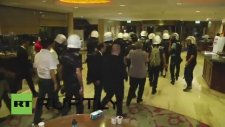 Polisin Direnişçilerin Gaz Maskelerini Toplaması