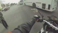 Motosikletli Adamın Yaşlı Amcaya Yardımseverliği