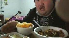 Yemek Yerken Kendinden Geçen Koreli