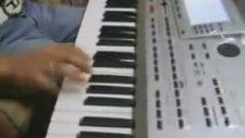 Klavyeyi Öttüren Genç