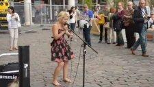 Londra Sokaklarında Şarkı Söyleyen Sarışın Kız