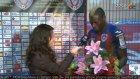 Futbolcudan Kadın Muhabire Sürpriz