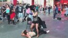 Adamın Üzerine İşeyen Sokak Dansçısı Kadın