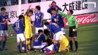 Japon futbolcudan rakibin suratına rövaşata!