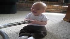 Elektrik Süpürgesiyle Bebek Güldürmek
