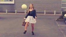 Mini etekli kadından topuklu ayakkabılarıyla futbol dersi...