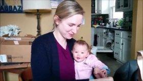 Annesinin Cips Yemesine Kahkahalarla Gülen Bebek
