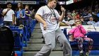 Happy Şarkısı İle Dans Ederek Stadı Coşturan Çocuk