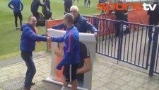 Sneijder'i ziyaret eden down sendromlu hayranı...
