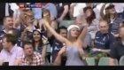 Stadyumda Kız Arkadaşının Göğüslerini Açan Adam