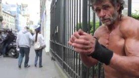 Sokakta Vücut Geliştiren Evsiz Adam