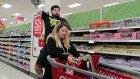 Kız Arkadaşıyla Alışveriş Yapmayı Eğlenceli Hale Getiren Adam