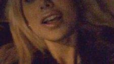 Ceyda Ersoy arabada müziğe eşlik ederken