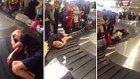 Havalimanında Bagaj Bandı Üzerinde Uyuyan Adam