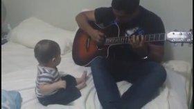 Babasının Gitar Çalmasına Gülen Bebek
