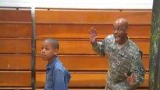 Askerden Dönen Babanın Oğlunun Kadrajına Girerek Sürpriz Yapması