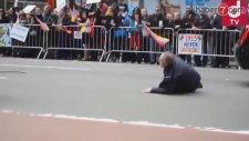 Azeri genç Türk bayrağını Ermenilerden Kurtardı Azeri gencin Türk bayrağını Kurtardığı An 28 04 2015