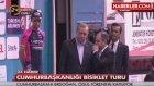 Erdoğan, Podyumdan İnmek İsteyen Bisikletçiye Bakakaldı