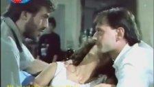 İçkiye İlaç Atıp Çıplak Fotoğrafını Çekmek - İz Peşinde (1989)