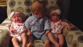 İkiz Bebekleri Görünce Şaşıran Bebek