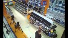 Teknoloji mağazasını yerle bir eden adam