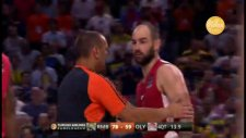 Spanuolis, Rudy Fernandez'in kafasına top atıyor