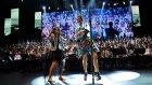 Nil Karaibrahimgil Öğrencilerle Birlikte Şarkı Söyledi