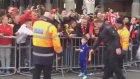 Wayne Rooney'nin oğlu imza dağıtıyor