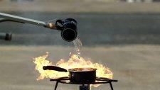 Su yanan petrole dökülürse ne olur?