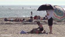 Güneşlenen Hatunlara Şemsiye Tutmak