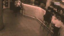 Garson kız, kendisine sarkıntılık eden müşteriyi fena benzetti!