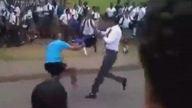 Afrikada Liseli Kekelerin Bıçaklı Kavgası