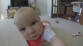 Kamerayı Almak İçin Emekleyen Bebekten Şirinlilik Patlaması
