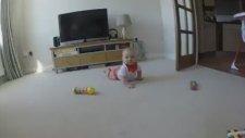 Kamerayı afiyetle yiyen bebek