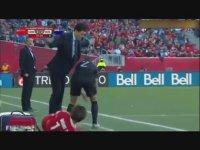 Kadın Futbolcuya Dayayan Teknik Direktör