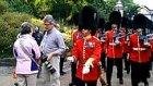 Kraliçe Muhafızlarının Geçişi Sırasında Yolda Duran Turistin Askerle Çarpışması