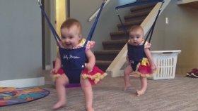 İkiz Bebeklerin Eğlenceli Anları!