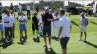 Iniesta golfün bir numarasından ders aldı!