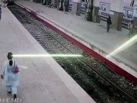 Hindistan'da Gara Girerken Şaha Kalkan Tren