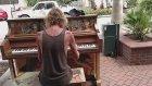Sokakta Piyano Çalan Evsiz Adamın Hayran Olunası Görüntüleri