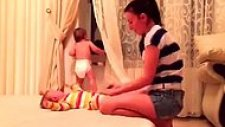İkiz Bebekleri Giydirmek Adına Amansız Mücadeleye Tutuşan Anne