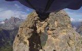 Wingsuit ile 2.5 Metrelik Delikten Geçmek